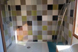 Natural lodge salle de bain douche à l'italienne